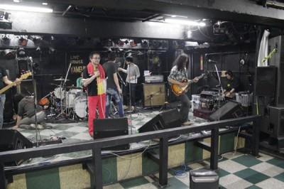 ステージ袖で録音機材設置